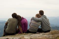 Hikers на верхней части гор Стоковая Фотография RF