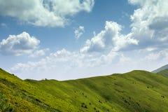 Hikers на верхней части гребня в горах Стоковое Фото