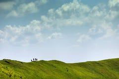 Hikers на верхней части гребня в горах Стоковые Фотографии RF