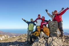 Hikers на верхней части Стоковое Изображение