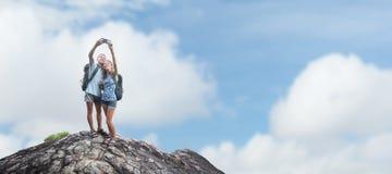 Hikers на верхней части Стоковые Изображения