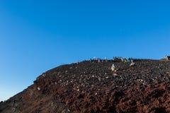 Hikers на верхней части Стоковая Фотография RF
