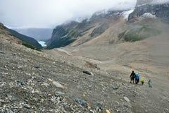 Hikers на высокогорном следе в канадских скалистых горах вдоль бульвара Icefields между Banff и яшмой Стоковые Фото