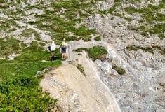 2 hikers на горах Hochvogel в Германии Стоковые Изображения RF