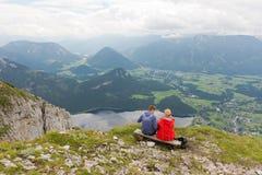 Hikers на горе проигравшего над Aussee в Австрии Стоковое фото RF