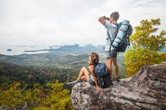 Hikers на горе Стоковое Фото