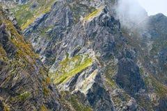 Hikers на горной тропе в высоком Tatras Стоковые Изображения RF