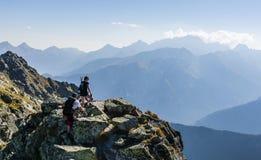 Hikers на гребне Стоковые Фото