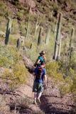Hikers на изрезанном следе Стоковое Изображение