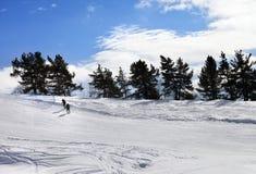 2 hikers на наклоне снега в зимний день солнца Стоковая Фотография