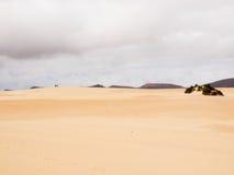 2 hikers на песчанных дюнах Corralejo, Фуэртевентуры, Канарских островов Стоковое Фото