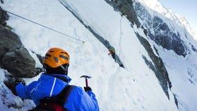 Hikers на пешей экспедиции к Монблану на горах Альпов в Франции стоковая фотография rf