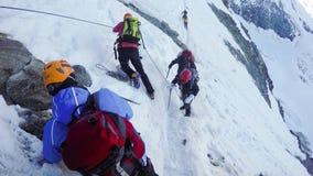 Hikers на пешей экспедиции к Монблану стоковые фото