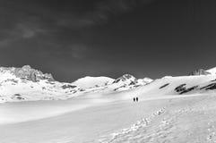 2 hikers на плато снега (черно-белом) Стоковое Фото