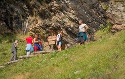 Hikers на следе к верхней части горы Долина равина, альт Адидже Trentino, Италия Стоковое фото RF