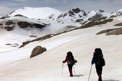 2 hikers на снежном плато Стоковые Фотографии RF