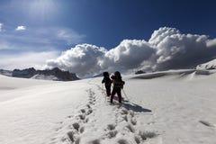 2 hikers на снежном плато Стоковая Фотография RF