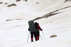 2 hikers на снежном плато Стоковая Фотография
