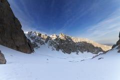 2 hikers на снежных горах в утре Стоковые Изображения