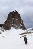 2 hikers на снежных горах шторма Стоковые Фотографии RF
