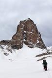 Hikers на снежных пасмурных горах Стоковое Изображение RF
