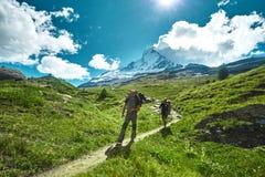 Hikers на следе в горах Стоковые Фото