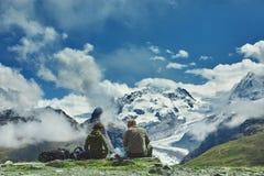 Hikers на следе в горах Стоковые Изображения