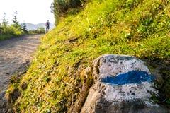 Hikers на следе в красивых горах Стоковое Изображение RF