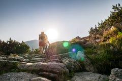 Hikers на следе в красивых горах Стоковое Изображение