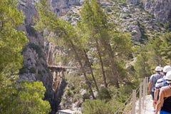 Hikers на следе скалы Стоковые Изображения