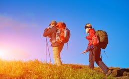 Hikers на следе Стоковые Фото