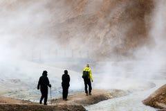 Hikers на следе, Llandmannalaugar, Исландии Стоковые Фотографии RF