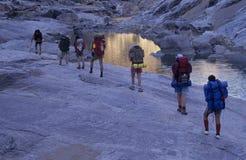 Hikers на тропе каньона реки рыб стоковое фото