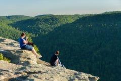 Hikers на утесе ворона в лесе WV положения утеса бондарей Стоковое Изображение