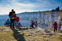 Hikers на Creux Du Van, Невшател Швейцарии Стоковые Фото