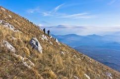 2 hikers на trekking до гора Rtanj на солнечный день Стоковые Фотографии RF