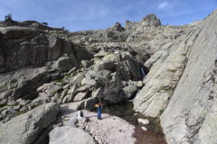 2 hikers около потока горы Стоковое Изображение RF