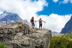 2 hikers оставаясь на утесе Стоковое Изображение RF