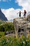 2 hikers оставаясь на утесе Стоковые Фотографии RF