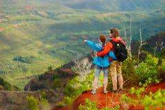 2 hikers ослабляя наслаждающся изумительным взглядом Стоковые Изображения RF