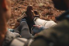 Hikers отдыхая на горной тропе Стоковые Изображения