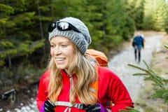 Hikers пар в лесе Стоковая Фотография RF