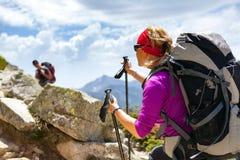 Hikers пар идя в вдохновляющие горы Стоковые Изображения