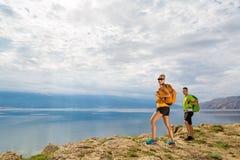 Hikers пар идя на взморье и горы Стоковое Изображение