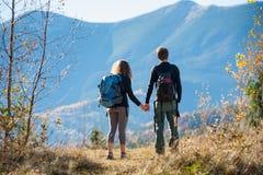 Hikers пар наслаждаясь красивым пейзажем на долине Стоковые Изображения
