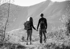 Hikers пар наслаждаясь красивым пейзажем на долине Стоковое фото RF