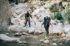 Hikers пересекая реку горы в Турции Стоковое Фото