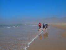 hikers пляжа Стоковое Изображение RF