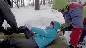 Hikers помогая другу с ушибом на ноге сток-видео