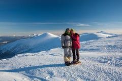 2 hikers представляя на камере в горах Стоковые Изображения